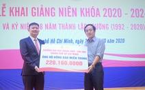 Trao tiền hỗ trợ đồng bào miền Trung tại lễ khai giảng