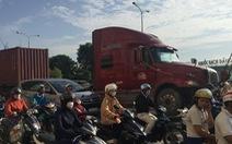 Xe container tông đuôi xe tải, tài xế đang sửa xe dưới gầm thiệt mạng
