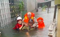 Mưa lớn dồn dập, nhà dân Nghệ An ngập tới nóc, huy động xe cứu hỏa cứu người