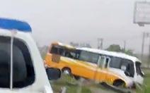 Xe khách lao vào lan can đường trong mưa lớn ở Nghệ An, 2 mẹ con chết, 2 người bị thương