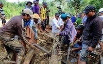 Tìm người ở Trà Leng, hàng trăm người dùng tay lật tung đống hoang tàn