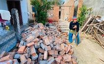 Nhà sập, ông bà già 90 tuổi lọ mọ khắp xóm tìm lại những tấm tôn của nhà mình