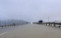 Quốc lộ 1A qua Hà Tĩnh đang cấm đường do bị ngập sâu