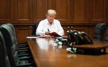 Con gái ông Trump đăng hình cha bệnh nhưng vẫn làm việc, dân mạng cầu nguyện