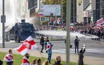Hàng chục ngàn người lại biểu tình ở Minsk, cảnh sát giải tán bằng vòi rồng
