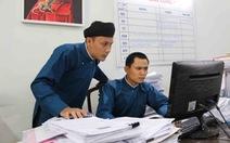 Áo dài của nam công chức Huế: Điều chỉnh dần thành trang phục công sở