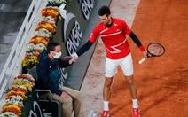 Djokovic lại vô ý đánh bóng trúng mặt trọng tài