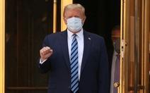 Ông Trump xuất viện giơ tay nắm đấm mạnh mẽ, tuyên bố đang khỏe hơn 20 năm trước