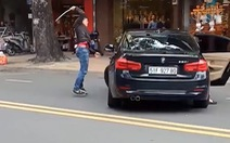 Nữ tài xế BMW lao xe vô thanh niên đập xe hơi khiến anh này chạy núp gốc cây
