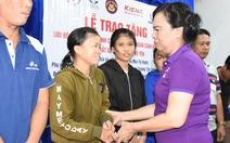 Nhóm thiện nguyện tặng 500 bộ phao cứu sinh cho ngư dân, chiến sĩ nhà giàn DK1