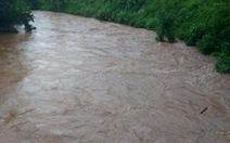 Lật đò khi chèo qua suối, hai người đàn ông bị nước cuốn mất tích
