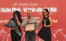Gia đình thay mặt Phú Quang nhận Giải thưởng Lớn 'Bùi Xuân Phái - Vì tình yêu Hà Nội'