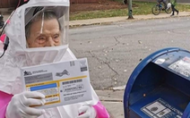 Cụ bà 102 tuổi mặc đồ bảo hộ tự đi bỏ phiếu bầu tổng thống Mỹ