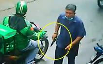Video người đàn ông rút súng 'dọa' người dân ở Hóc Môn, súng nhựa hay thật?