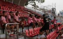 Ra sân Thống Nhất, cầu thủ Hồng Lĩnh Hà Tĩnh lên khán đài... ngắm mưa