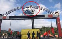 Cảnh sát bơm phao hơi, điều xe thang để 'giải cứu' thanh niên leo cổng chào