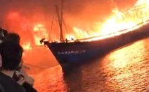Nhiều tàu cá ngư dân Nghệ An đang cháy ngùn ngụt trong đêm