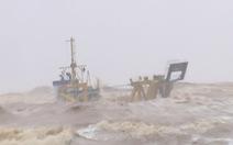 Khẩn cấp cứu 10 người trên tàu sắp chìm ở Cửa Việt