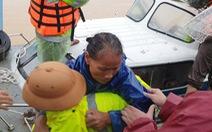 Cứu hàng trăm người dân trên nóc nhà giữa tâm lũ lịch sử ở Quảng Trị