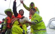 Lao vào cứu hàng trăm hộ dân bị cô lập trong lũ dâng cao ở Quảng Trị