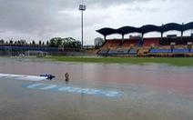 Mưa to ngập sân Tự Do, hoãn trận đấu giữa CLB Huế- Long An