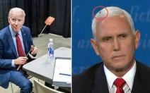 Nhóm ông Biden bán sạch 35.000 vỉ đập ruồi nhờ... con ruồi trên tóc ông Pence