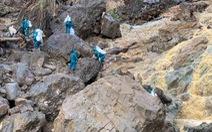 Cõng lương thực, nước uống vào vùng núi lở ứng cứu dân và công nhân thủy điện bị cô lập