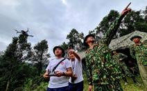 Đội flycam tầm soát nhiệt quần thảo tìm kiếm người mất tích ở Trà Leng