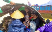 Mưa ngớt, nhưng hàng ngàn nhà dân vùng lũ vẫn bị cô lập