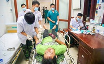 Quân y Trường Sa cấp cứu 2 ngư dân Quảng Ngãi bị nạn trên biển