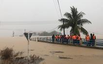 Bão qua, nhiều nơi xả lũ, làng mạc ngập lênh láng