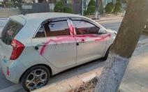 Bảo vệ xịt sơn lên ôtô vì chủ phương tiện không gửi xe trong bãi