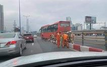 Xe khách leo dải phân cách cầu Sài Gòn, kẹt xe kéo dài
