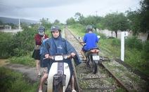 Tránh ngập, người Quy Nhơn phải chạy xe máy... lên đường ray xe lửa