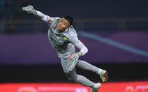 Video: Thủ môn Trung Quốc phản xạ xuất thần phút 90+2 khiến cựu sao Premier League sững sờ