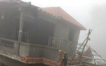 Sau tiếng nổ lớn, ngôi nhà to bị đất đá vùi lấp đến nửa