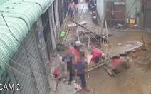Video đứt cáp tại công trình xây dựng, 3 người rơi ầm xuống đất
