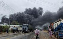 Cháy lớn xưởng đồ nhựa giữa lúc mưa bão