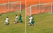 Giành sút với đồng đội, Mane đưa bóng ra ngoài trước... khung thành trống