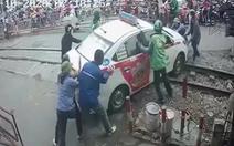 Cố tình vượt rào chắn đường sắt, tài xế taxi bị phạt nặng