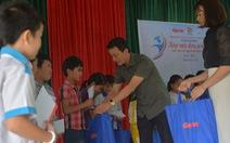 Mang quà tặng của bạn đọc đến với học sinh và giáo viên vùng lũ Quảng Trị
