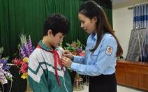 Nam sinh lớp 9 cứu hai bạn lớp 6 nhận huy hiệu 'Tuổi trẻ dũng cảm'