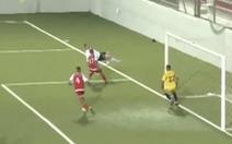 Ngã người tung móc để cứu bóng, cầu thủ vô tình tạo ra bàn thắng đẹp khó tin