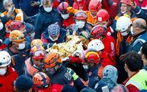 Kỳ diệu bé 3 tuổi được cứu sau 65 giờ bị động đất vùi lấp
