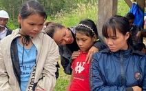 H'Hen Niê thăm người dân Trà Leng: 'Họ nói chuyện trong nước mắt'