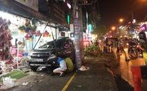 Xe 7 chỗ tông nhiều xe máy ở quận 12, cấp cứu hai người