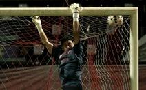 Văn Lâm bay người, chạm tay vào bóng vẫn không thể cứu thua trước đội yếu