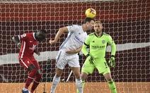 Johnny Evans đốt lưới nhà, Liverpool thắng dễ Leicester City
