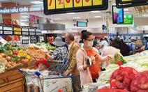 Người Sài Gòn tranh thủ ngày đầu tuần đi siêu thị mua hàng khuyến mãi