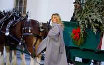 Bà Melania Trump tiếp nhận cây thông Giáng sinh Nhà Trắng 2020